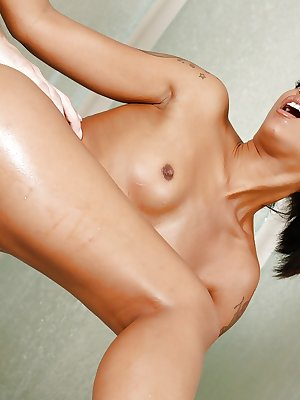 Amazing Ebony beauty Skin Diamond enjoying a wet shag in a bathtub