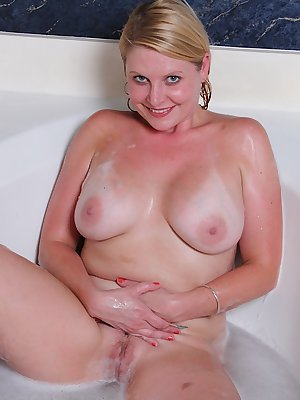 Chubby mature dame Lynn Miller showing off big wet boobs in bathtub