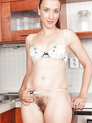 Brunette babe Jessica Patt opens wide in the kitchen. And then lets her hands wander to her hairy pussy where she inserts her fingers inside and really cleans up in the kitchen!