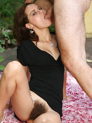 Slutty lady Leslie gives a sinful blowjob and fucks a schlong with her sexy hairy pussy in the outdoors