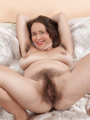 Nasty older woman Josie bares her sagg tits and flaunts her hairy pits & pussy