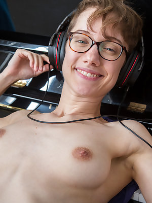 Nerdy amateur Gretchen spreads her hairy pussy and proceeds with piano playing