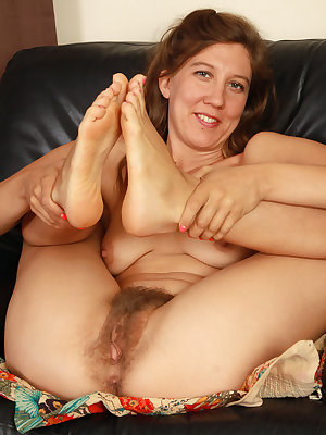 Mature lady removes her pretty feet from sandals before showing her bush