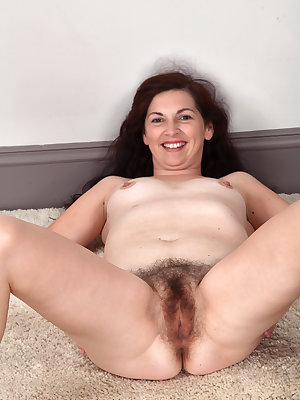 Middle-aged woman Francesca stretches her hairy bush wide open after disrobing