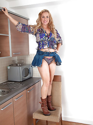 Experienced blonde lady Elle Macqueen playing with her pubic hairs