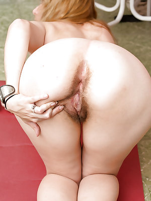 Amateur blonde Layla K spreading legs to pose her furry cherry