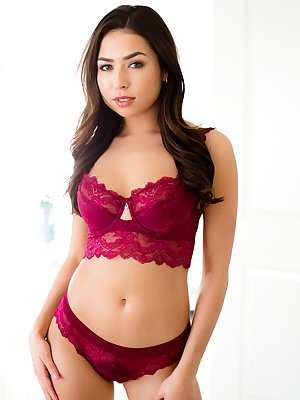 Latina beauty Melissa Moore fingers her trimmed muff after lingerie removal